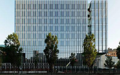 Geformter Beton veredelt Glasfassade
